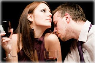мъж и жена душешти се страстно благодарение на влиянието на феромоните които отделят.