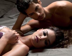 Двойка гледащи се страстно след секс, който е бил провокиран от феромоните, с които се е напръскала дамата.