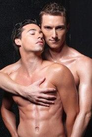 двама голи гея привлечени от феромоните на тялото на един другиму в секси поза.