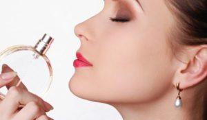 жена мирише хубав парфюм